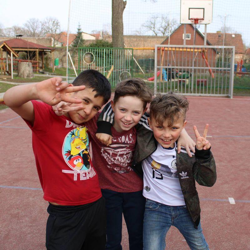 Kids auf dem Außengelände 800x800