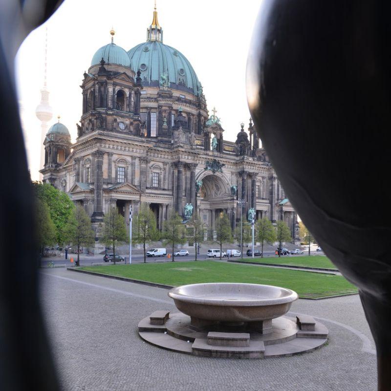 Classik Hotel Collection Granitschale vor Berliner Dom und Fernsehturm in Berlin