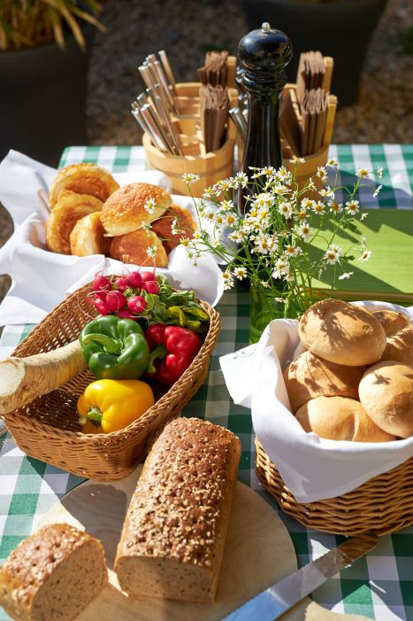 Classik-Hotel-Collection-Magdeburg-Beer-Garden-Food-Outside-Web 467x700