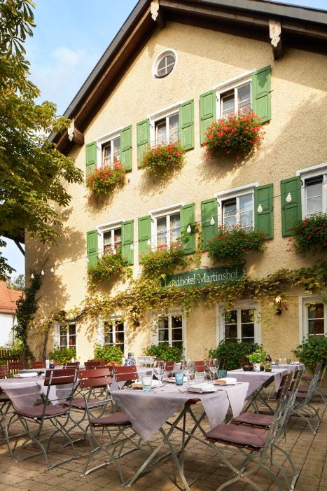 Classik-Hotel-Collection-Munich-Martinshof-Restaurant-Lunch-Day-Outside-01-Web