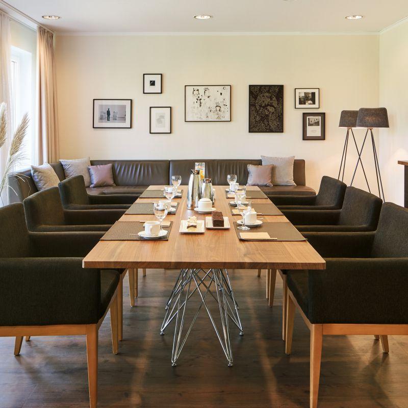 Classik Hotel Magdeburg Tagungsraum mit Stühlen und Tischen
